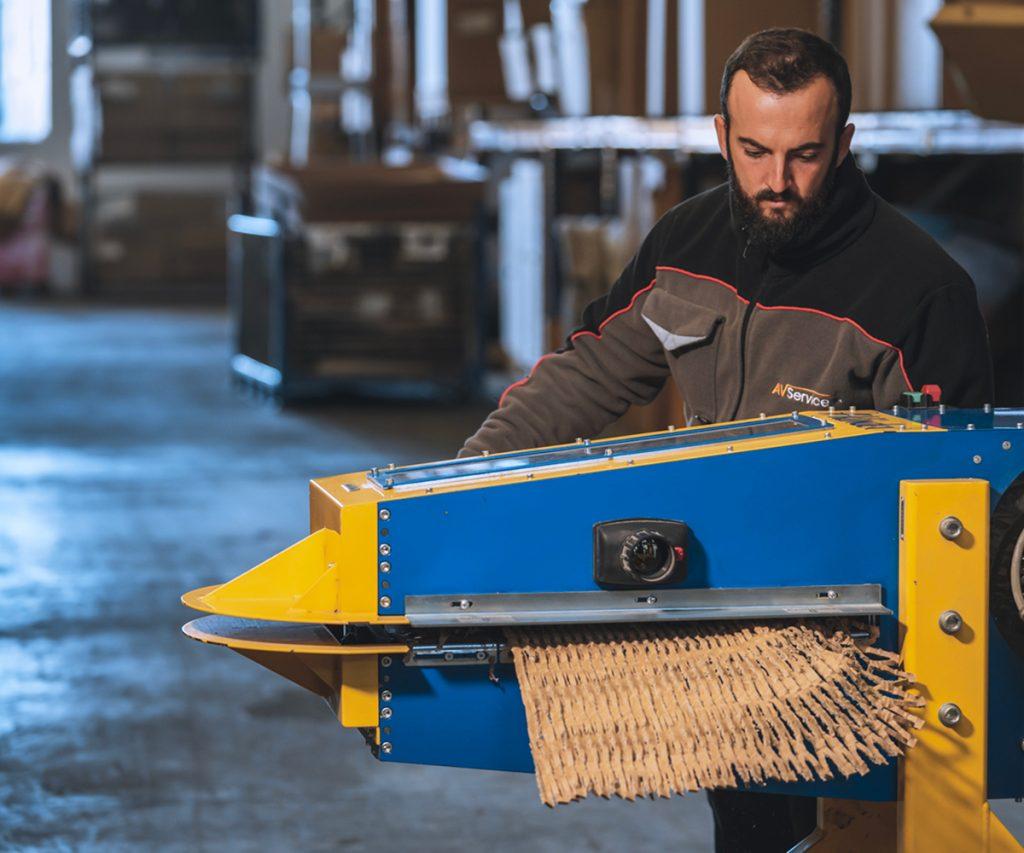 risorsa di AV Service s.p.a. intenta a creare materiale da imballo da cartoni riciclati
